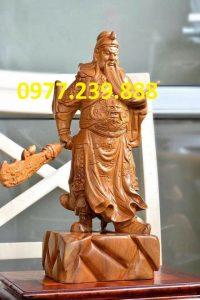 tượng quan công phong thủy bằng gỗ bách xanh xách đao