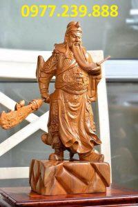 tượng quan công xách đao bằng gỗ bách xanh